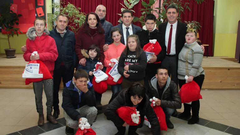 """""""Hidromorava"""" e Drejtoria e Arsimit shpërndajnë dhurata për fëmijët me nevoja të veçanta"""