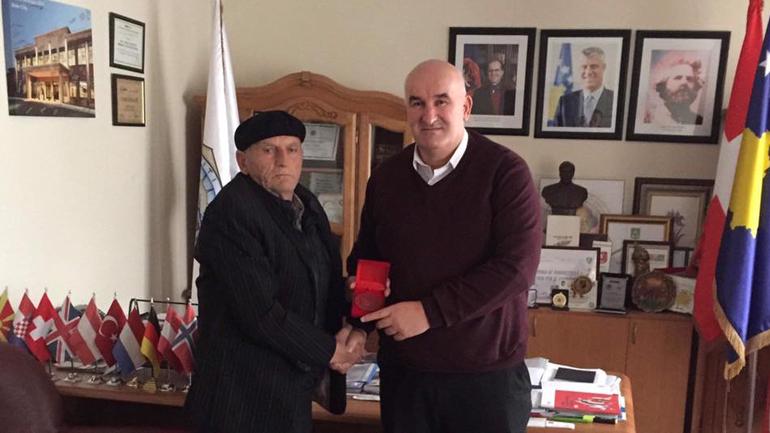 Kaltrin Beqiri, i mbijetuari i masakrës së Dubravës dekorohet nga kryetari i Vitisë