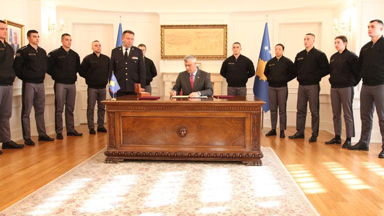 Presidenti dekreton ligjet që zyrtarizojnë krijimin e Ushtrisë së Kosovës