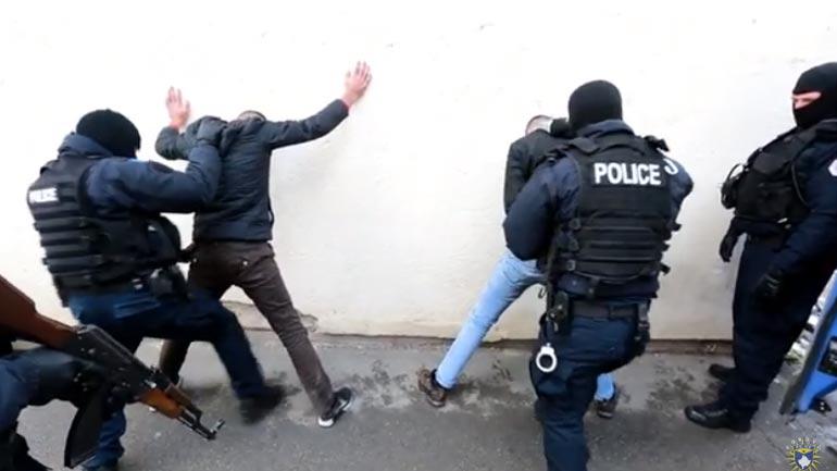"""Krimet ekonomike të Policisë arrestojnë 5 të dyshuar për """"falsifikim të dokumenteve"""", përfshirë edhe diploma shkollore"""