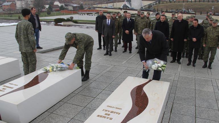 Ministri i Mbrojtjes dhe Komandanti i FSK-së bënë homazhe në Prekaz