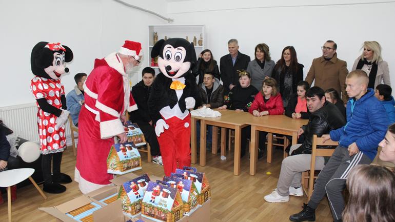 Komuna e Gjilanit vazhdon aktivitetin për shpërndarjen e dhuratave për fëmijë