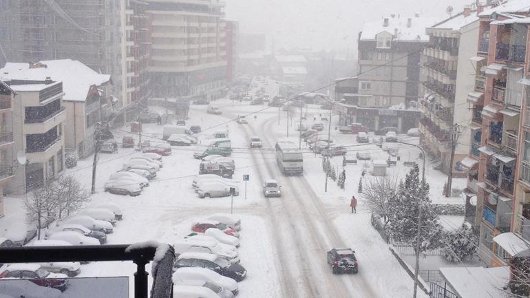 Të reshurat e borës vështirësojnë qarkullimin rrugor edhe në Gjilan