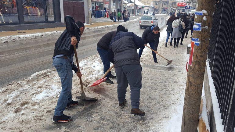 Vetëvendosje: Kur mungon përkujdesi institucional, duhet pastruar vetë rrugët e trotuaret