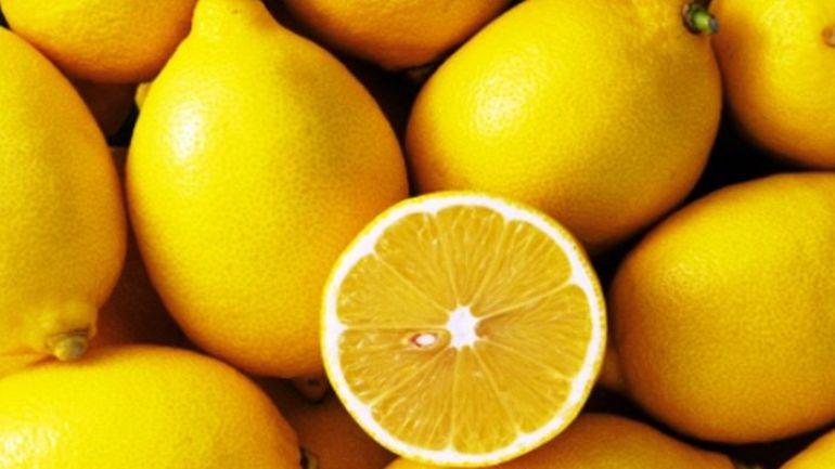 Për fytyrë pa rrudha, limoni iu mbron nga plakja