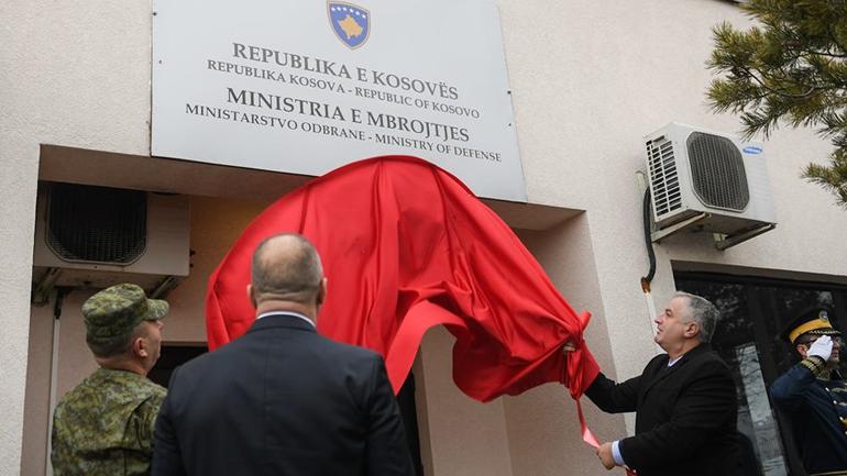 Kryeministri Haradinaj mori pjesë në zbulimin e pllakës me mbishkrimin Ministria e Mbrojtjes