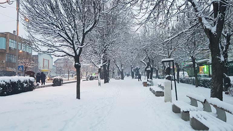 Mot i vranët e me reshje të dobëta bore