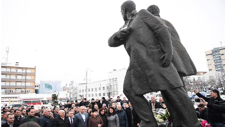 Kryeministri Haradinaj nderon heronjtë Rexhep Mala e Nuhi Berisha