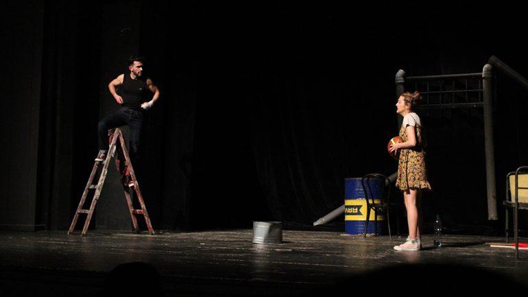 """""""Kreolët e Ballkanit"""", shfaqje provokuese që flet për fëmijët nga martesat e përziera, refleksioni në problemet shqiptaro-serbe"""