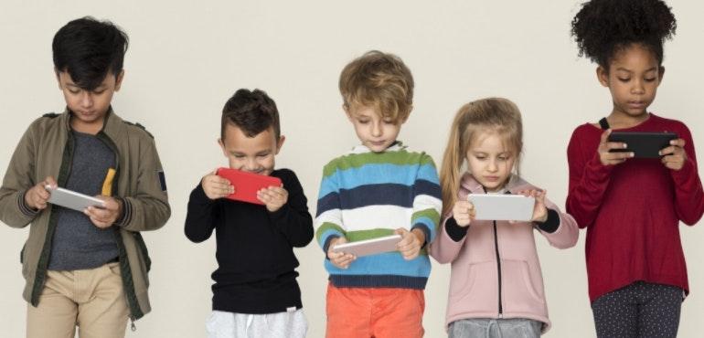 Angli: Fëmijët që përdorin telefonin po mbesin pa prindër