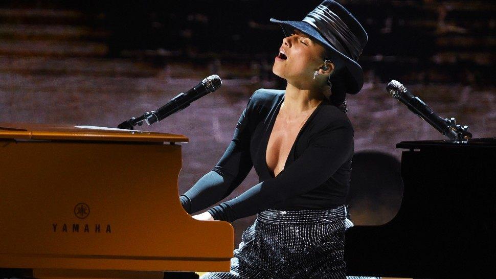 Alicia Keys shkëlqen, këndon dhe luan në dy piano