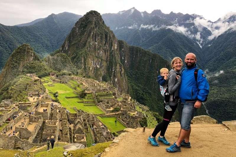 Nuk kishin kohë të rrinin me djalin, familja viziton 24 shtete bashkë