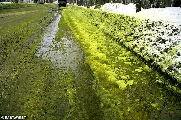 Alarmohet Rusia, ajri i ndotur sjellë borë të zezë dhe të gjelbërt
