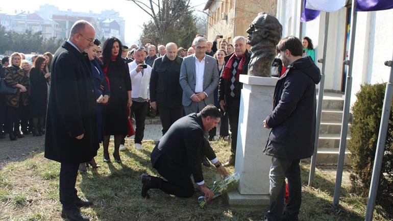 Në Gjilan u përurua busti i ish-presidentit, Ibrahim Rugova