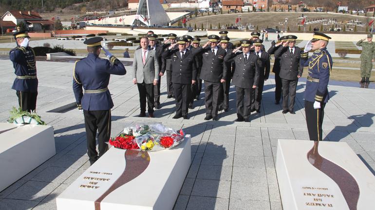 Ministri i Mbrojtjes dhe komandanti i FSK-së bëjnë homazhe në Kompleksin Memorial në Prekaz