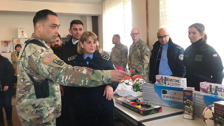 KFOR-i Amerikan dhe Policia e Kosovës dhurojnë lodra për nxënësit e shkollës në Jasenovik