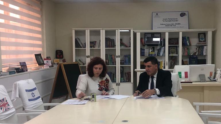 """Gjilani nënshkruan memorandum mirëkuptimi për trajnimin e mësimdhënësve në """"Këshillim për studime në SHBA dhe bursa"""""""