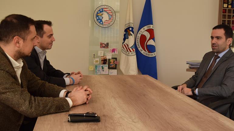 Oda Amerikane njofton investitorët potencialë me mundësitë e investimit në Kosovë