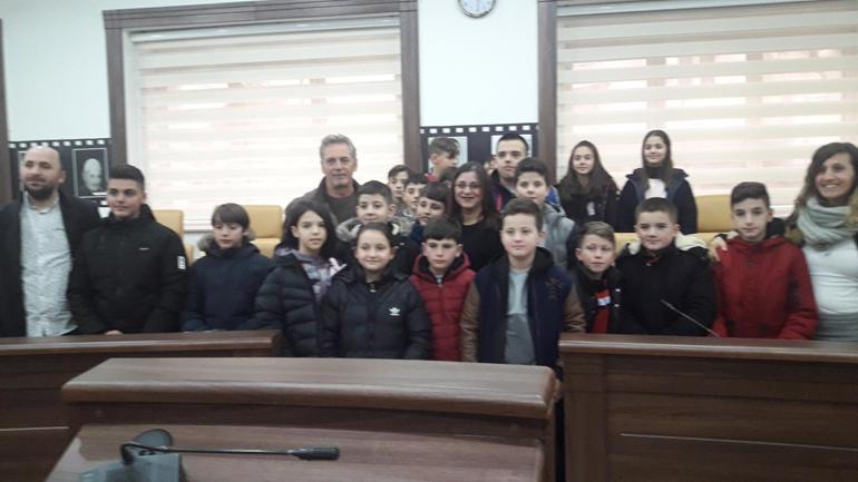 """Fëmijët e shkollës """"Hello"""" vizitojnë Kuvendin  Komunal të Gjilanit"""