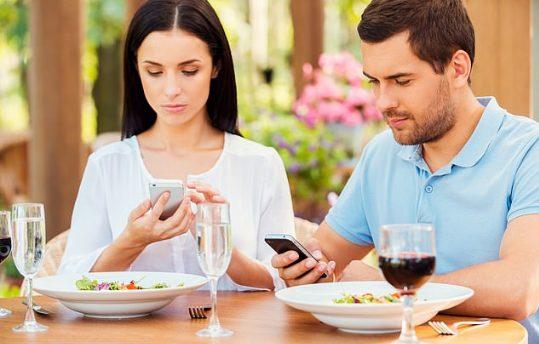 Ushqyerja dhe telefoni nuk shkojnë bashkë, keni kujdes