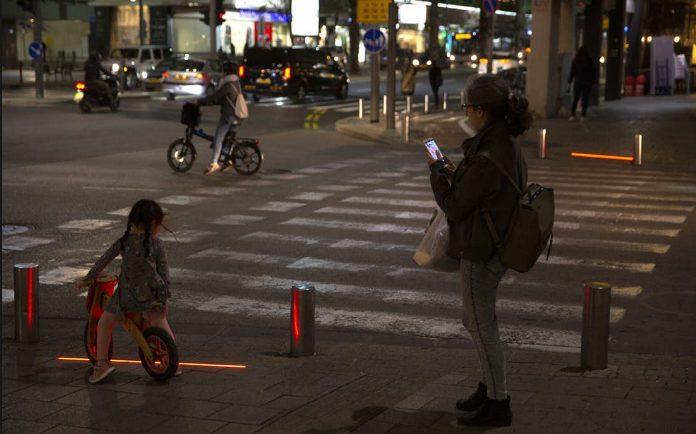 Izraeli instalon drita në tokë për sigurinë e këmbësorëve