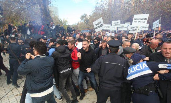 Vazhdojnë protestat në Shqipëri, tentojnë ndërprerjen e seancës plenare