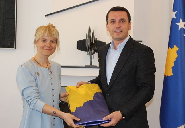Gjilanasja drejt Everestit, ministri i jep flamurin e Kosovës me vete