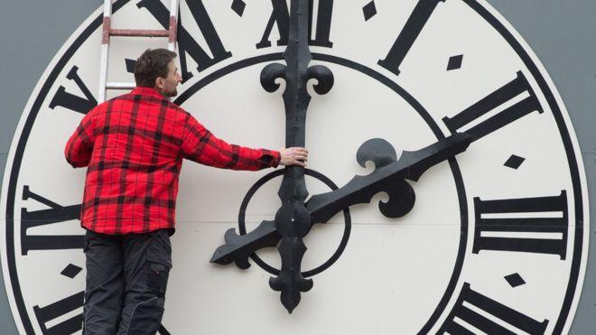 Studim interesant, ndryshimi i orës ka efekt në shëndetin e njeriut!