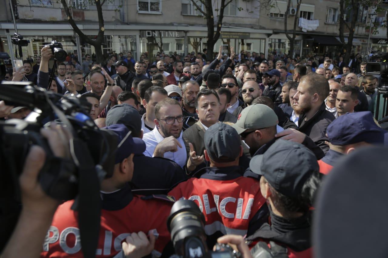 Vazhdojnë protestat në Shqipëri, përplasje me policinë dhe arrestime