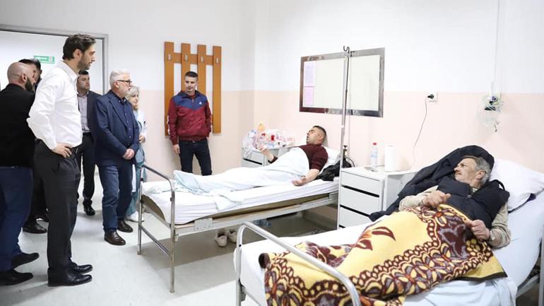 Ministri Ismajli në Spitalin e Gjilanit ka vizituar të lënduarit e aksidentit