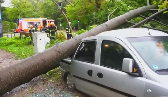 Stuhi e madhe në Gjermani, vonesa në fluturime dhe dëme