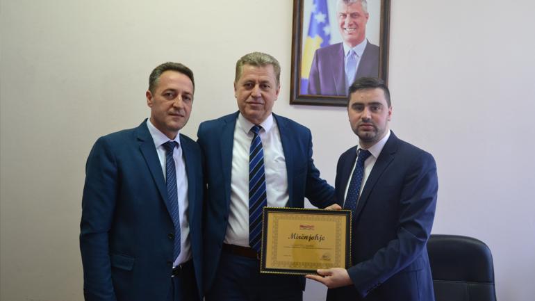 """Lëvizja Qytetare """"Vatra"""" nderon me mirënjohje sekretarin e UKZ-së"""