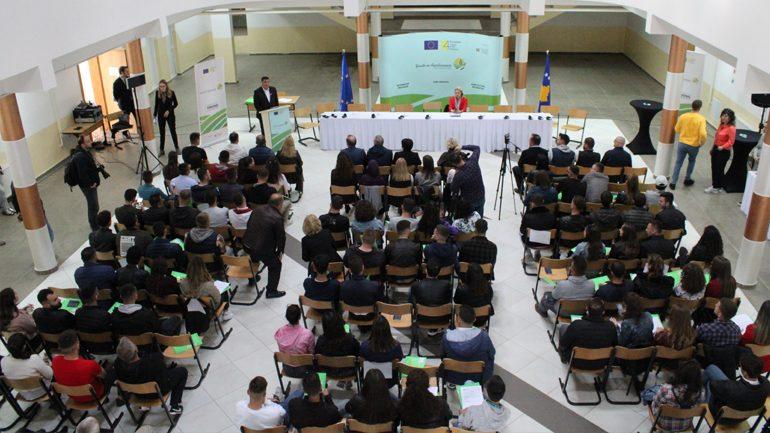 100 të rinjë të Gjilanit nënshkruajnë kontratat e punës praktike me pagesë