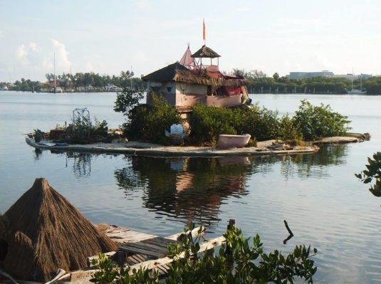Ndërton ishull lundrues me 100 mijë shishe