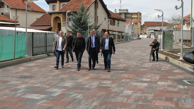 Haziri shprehet i kënaqur me dinamikën e punimeve në shëtitoren e dytë të Gjilanit