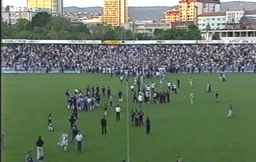 """Stadiumi i Prishtinës në vitin 2001 u stërmbush, """"Intelektualët"""" dhe """"Skifterat"""" duhet ta bëjnë prapë"""