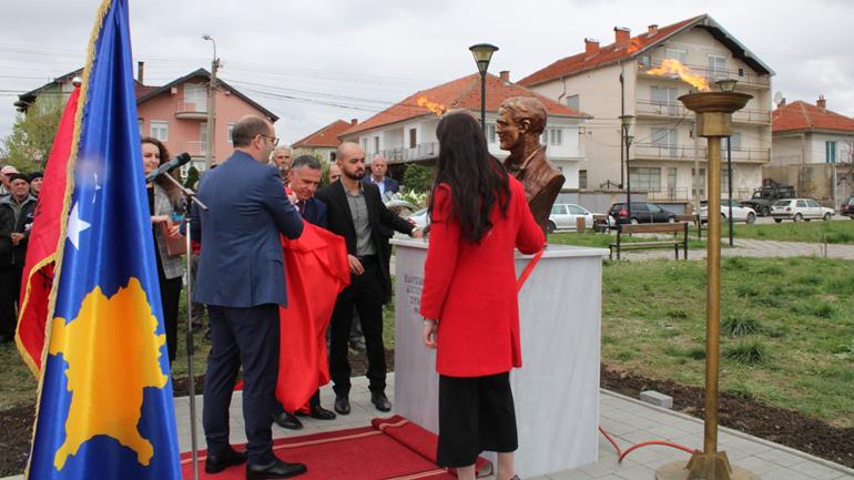 Në Gjilan përurohen bustet e dëshmorëve, Tefik e Hanumshahe Zymberit