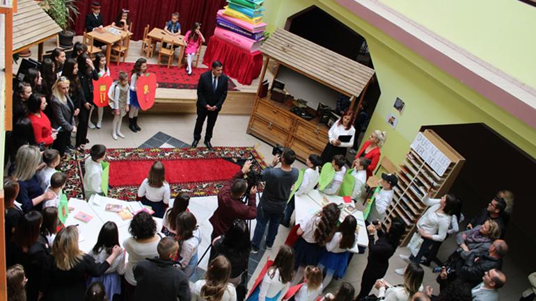 """Haziri përgëzon nxënësit e shkollës """"Thimi Mitko"""" për dhurimin e librave në Ditë Ndërkombëtare të Librit"""