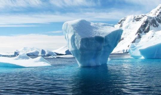 Mbulesa e akullt në Antarktidë hollohet 122 metra