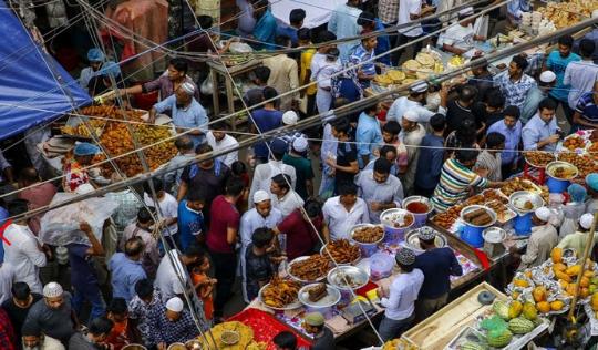 Tregu i ushqimeve të iftarit, mijëra agjërues në një vend