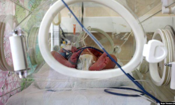 SHBA, foshnja më e vogël në botë lirohet nga spitali