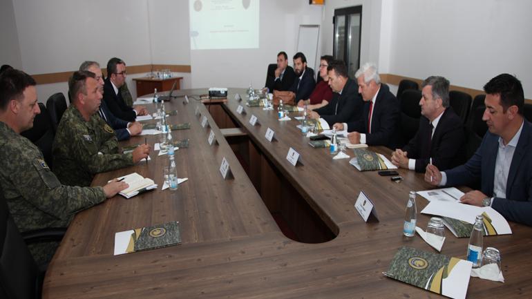 Komisioni Parlamentar për Punë të Brendshme, Siguri dhe Mbikëqyrje të FSK-së vizitoi Ministrinë e Mbrojtjes