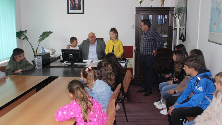 Kryetari dhe kryesuesi i Kuvendit pritën fëmijët në Ditën Ndërkombëtare të tyre