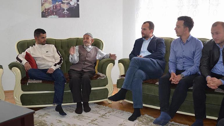 Kastrati viziton familjen e të rënit në Masakrën e Dubravës