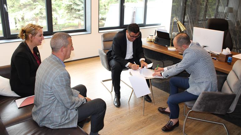"""Kreu i Gjilanit nënshkruan marrëveshje bashkëpunimi me """"Palma"""" për mirëmbajtjen e hapësirave të përbashkëta"""