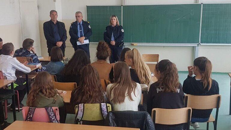 Policia me ligjërata vetëdijesuese për nxënësit e shkollave fillore në Gjilan