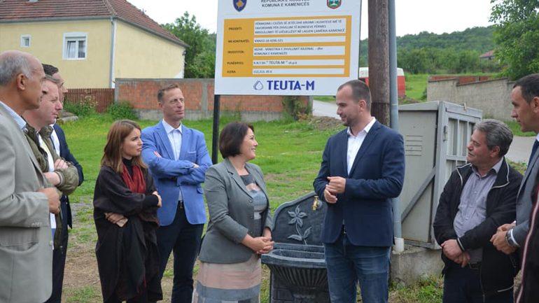 Përurohet projekti për rregullimin e ujësjellësit në lagjen Çamëria