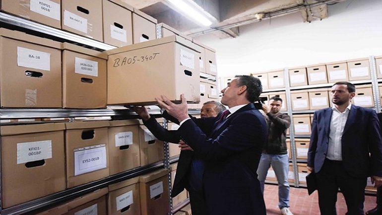 Veseli viziton vendin ku ruhen eksponatet e rrobave të mijëra shqiptarëve të vrarë gjatë luftës