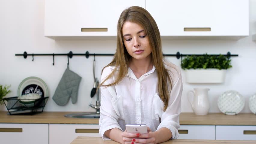 Mos e përdorni telefonin në kuzhinë dhe banjo, tejet i dëmshëm