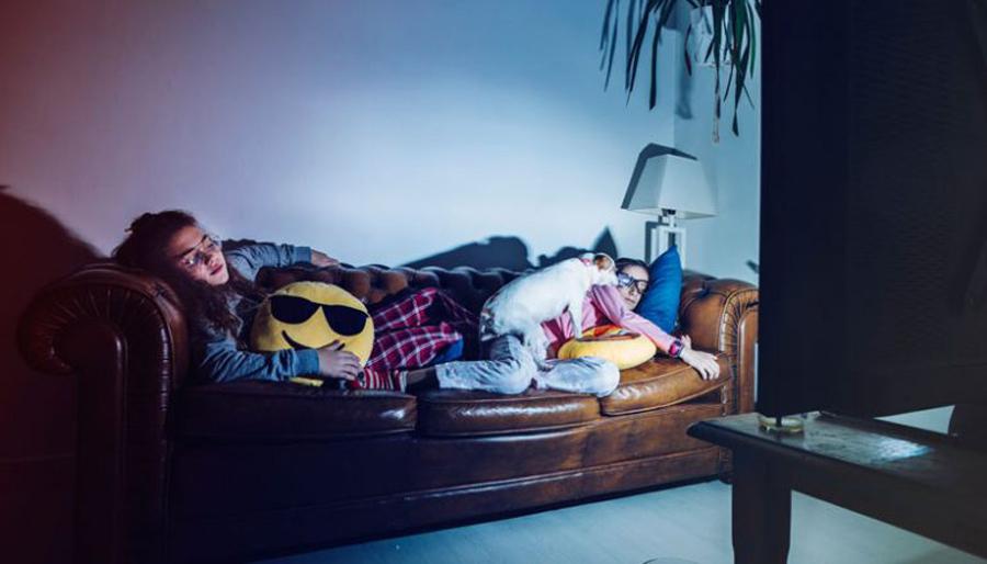 Studim i ri, gjumi me televizorin ndezur ju shton peshën!